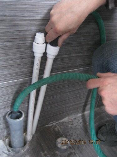 При испытаниях (опрессовке) трубопровода ГВС шланговщик по привычке вставил пистолет в подходящее отверстие