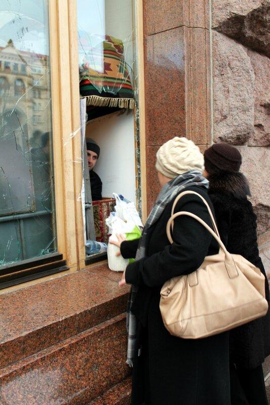 Окно приема еды и горячего чая от населения