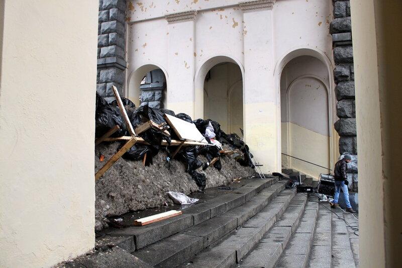 Баррикада в арке на Лютеранскую
