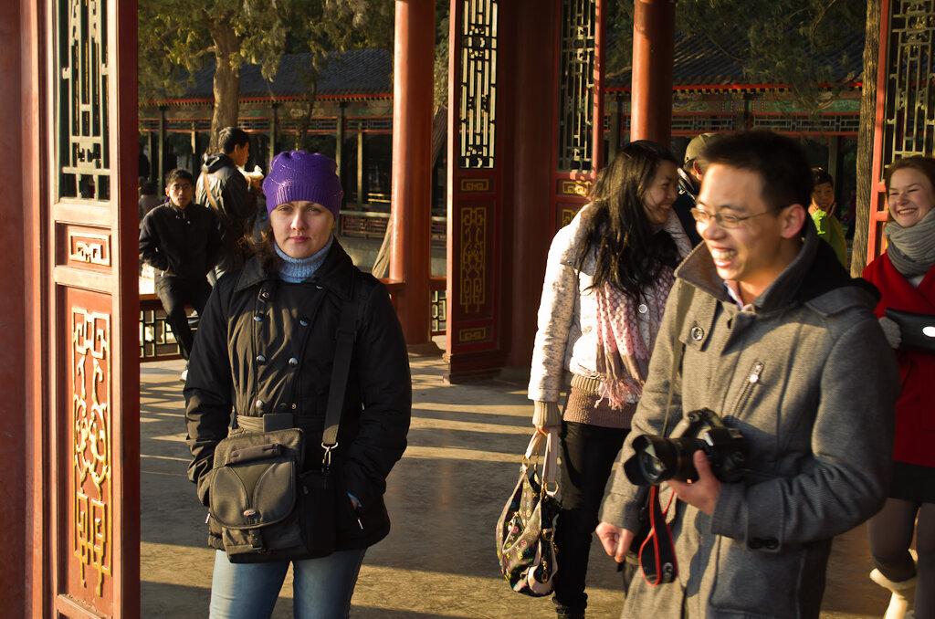 Фото. Отдых в Китае дикарями. Поездка на экскурсию в Летний императорский дворец в Пекине. Всегда есть тот, кто следит за тобой... Кстати, европейская девушка справа - последний белый человек для нас за 2 недели путешествия.