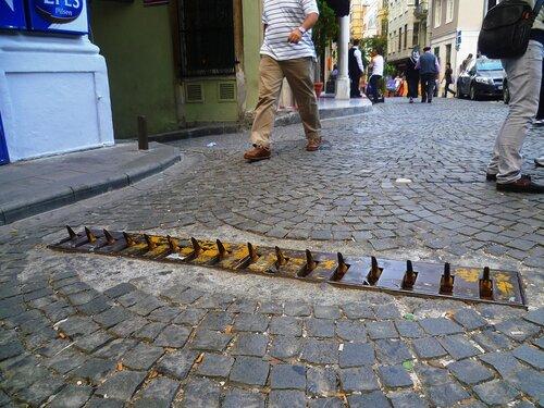 Заграждение на улице в Стамбуле (The boom in the street in Istanbul).