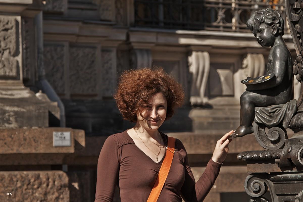 Фигурки путти, олицетворяющими разные ремесла, украшающие фонари перед художественным вузом и музеем Штиглица (знаменитая «Муха»)
