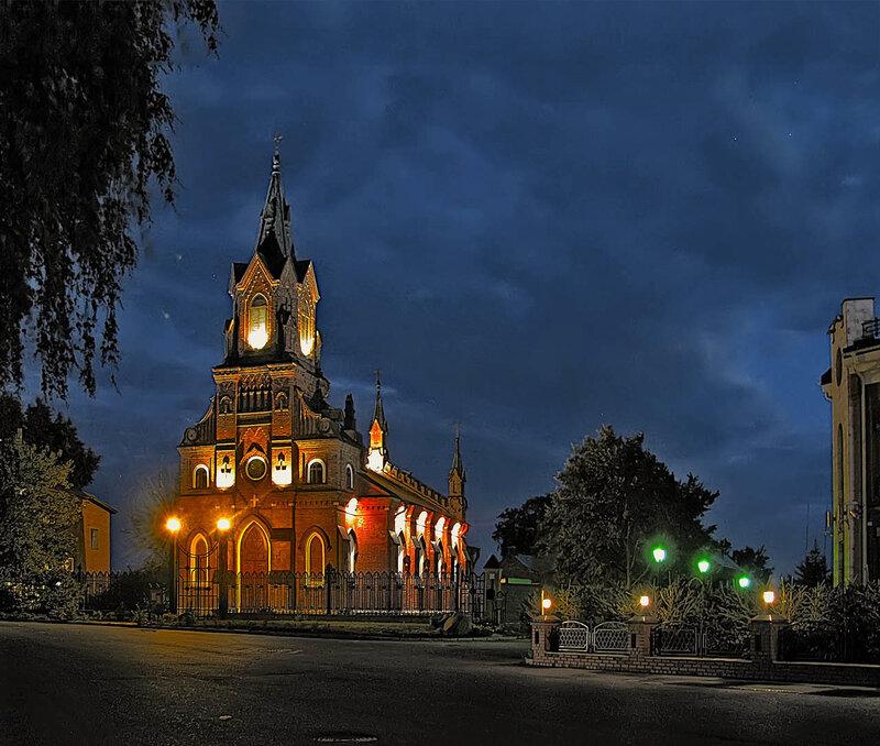 Костел св.Розария Пречистой Девы Марии при вечерней подсветке.