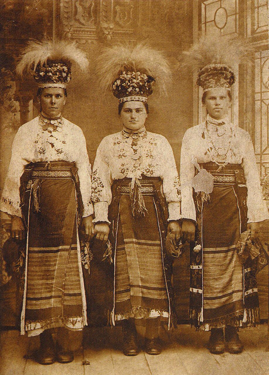 Девчата в традиционных праздничных одеждах. Село Стрелецкий Кут. 1909 г..