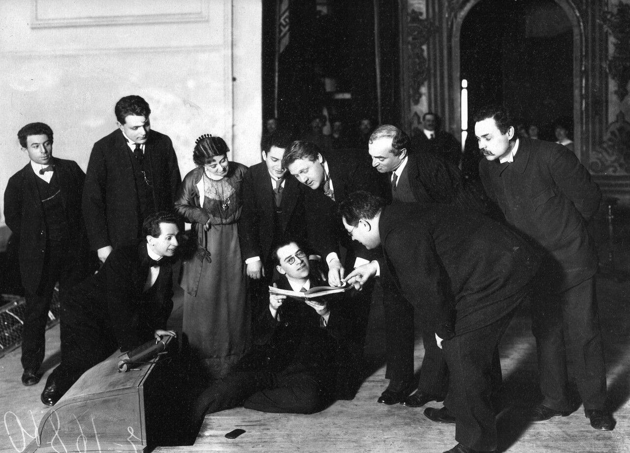 Фёдор Шаляпин поёт с листа на репетиции в зале народного дома. 1913 г.