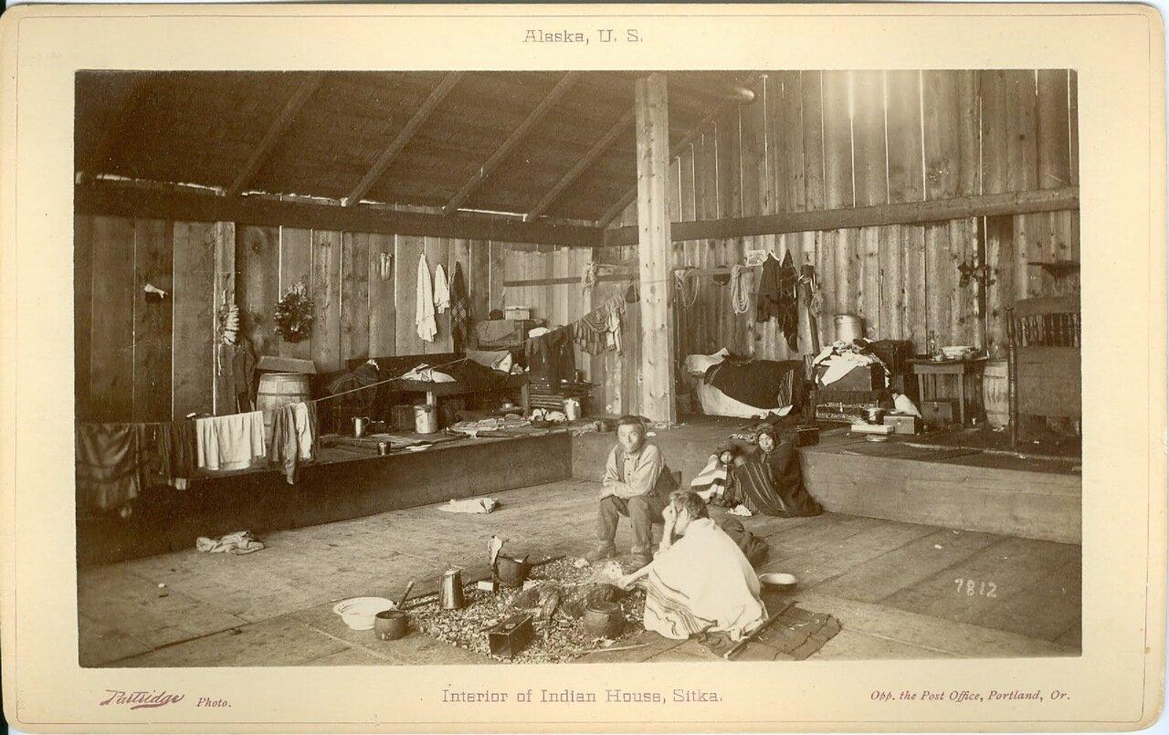 1886. Внутри дома тлинкитов в Ситке