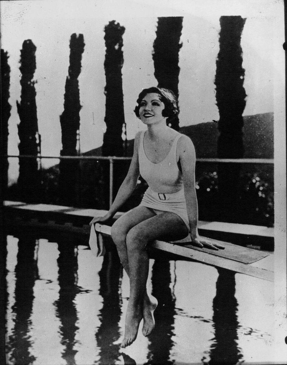 1932. Клодетт Кольбер в плавательном бассейне в Голливуде