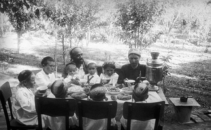 Uzbek family drinking tea outside their home, 1930's. Photo by Max Penson.