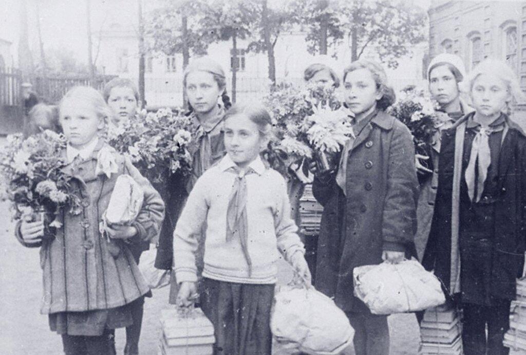 Комсомольцы, пионеры и школьники средней школы № 36 г. Иваново организовали среди учащихся сбор подарков для бойцов Красной Армии. Сентябрь 1941 г.