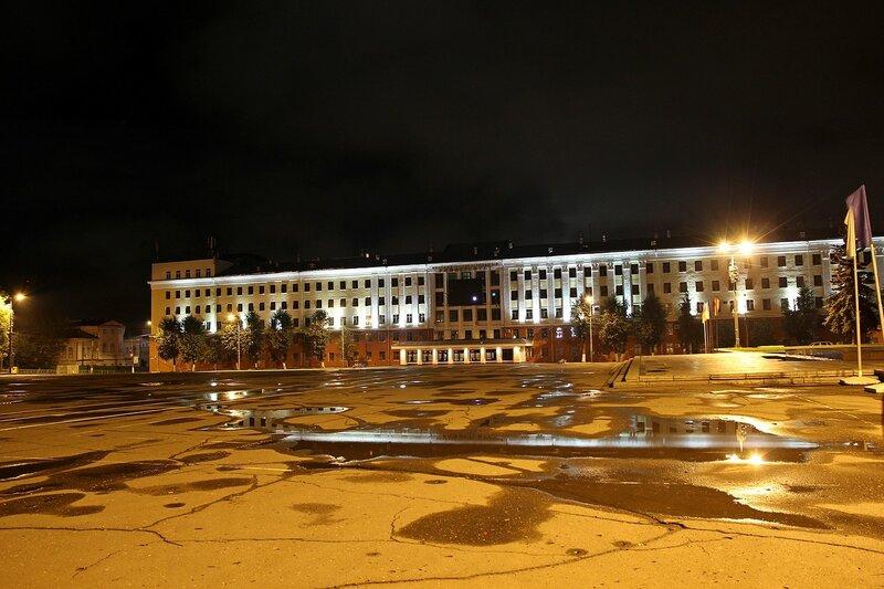 Здание Вятского государственного университета ночью IMG_7662