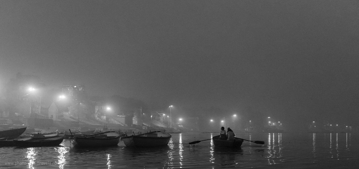 Фото 1. Утренняя экскурсия на лодке по Гангу начинается за полчаса до восхода солнца. Еще совсем темно в Варанаси. Камера Nikon D610, объектив 24-70/2,8. При съемке использованы настройки: выдержка 1/250, диафрагма f/2.8, ISO 6400, фокусное расстоняние 40 мм.