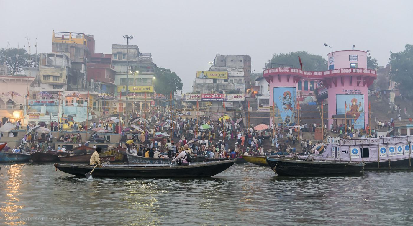 Фото 7. Каждый день в Варанаси приезжают десятки тысяч паломников со всей Индии. Их цель – утреннее ритуальное омовение в священных водах реки Ганга. 1/200, 2.8, 3200, 40.