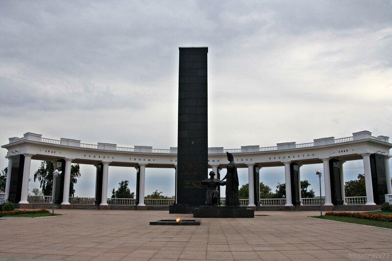 Мемориальный одиночный комплекс из двух видов гранитов Новозыбков Эконом памятник Арка с резным профилем Гудермес