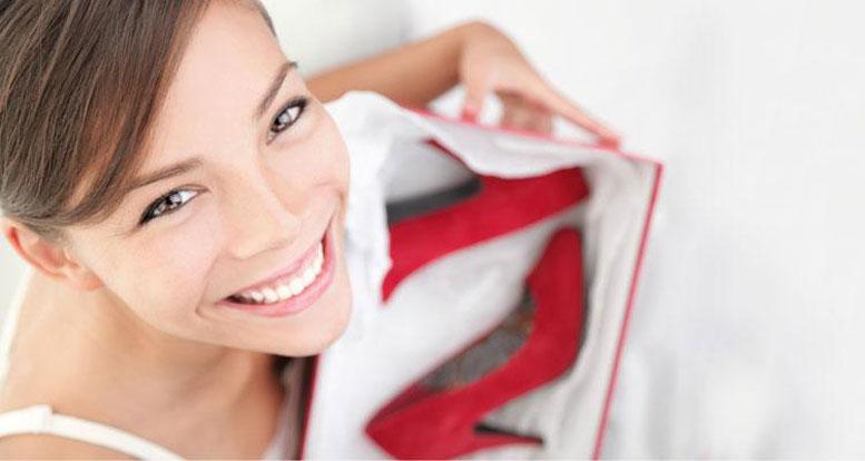 девушка с красными туфлями