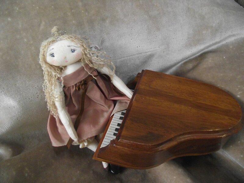 кукла рояль
