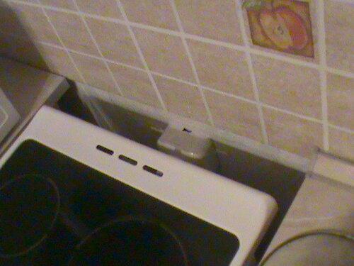 Фото 25. Причина невозможности установки плиты вровень со столешницами кухонного гарнитура - розетка электроплиты, «шаблонно» установленная строителями и не переделанная хозяевами в процессе отделки квартиры-новостройки.