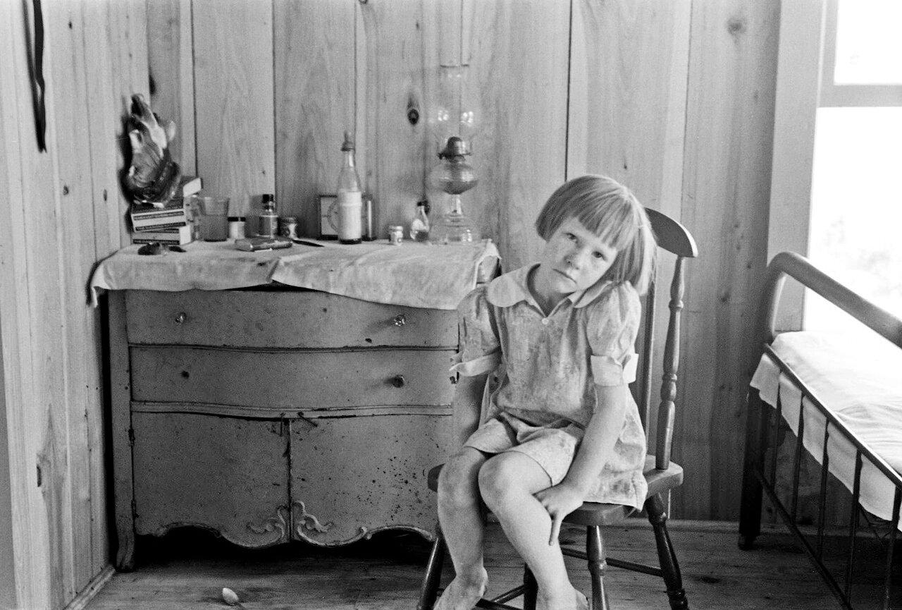 Ребенок рабочего, живущий в лачуге, Каратэрсвилл, Миссури, 1938