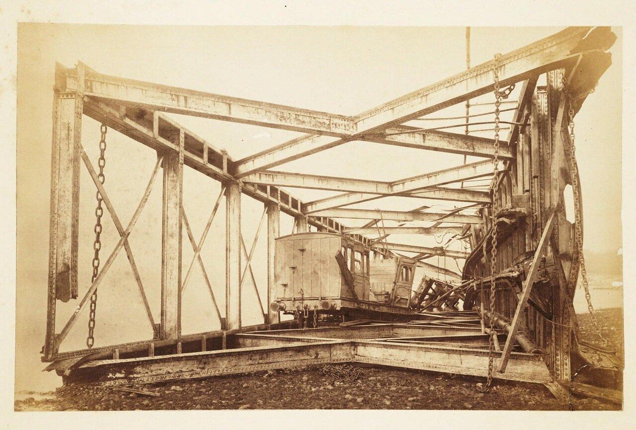 Фотография рухнувшего балочного пролётного строения с разрушенными вагонами внутри
