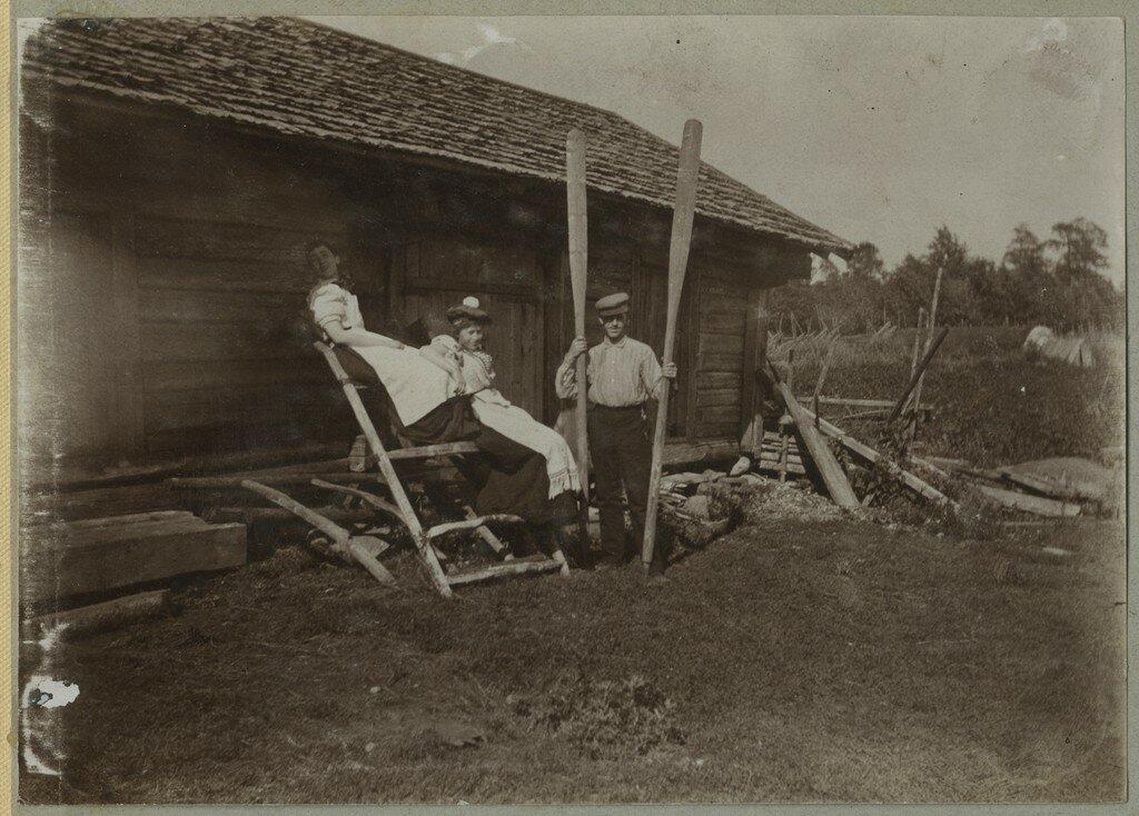 1900. Группа позирует на скотном дворе