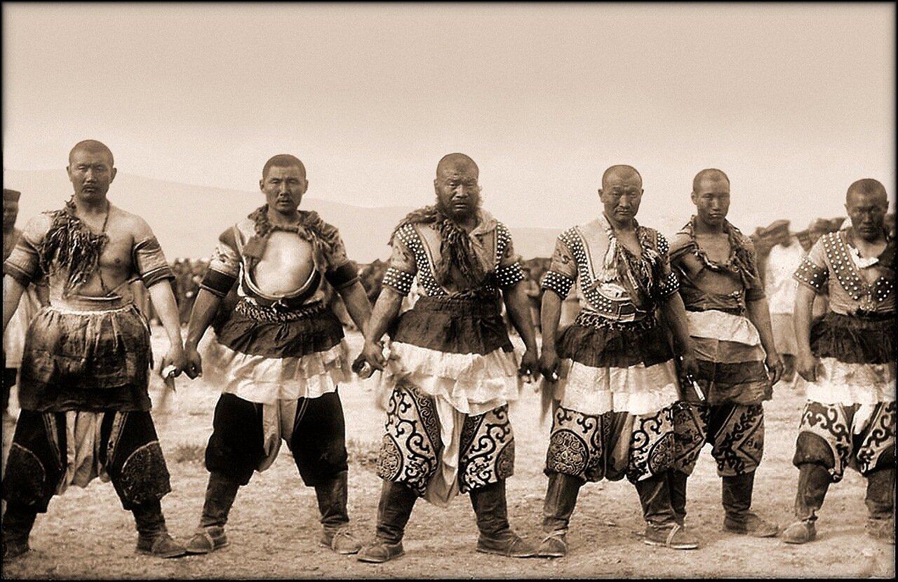 1909. Шесть силачей в традиционной одежде