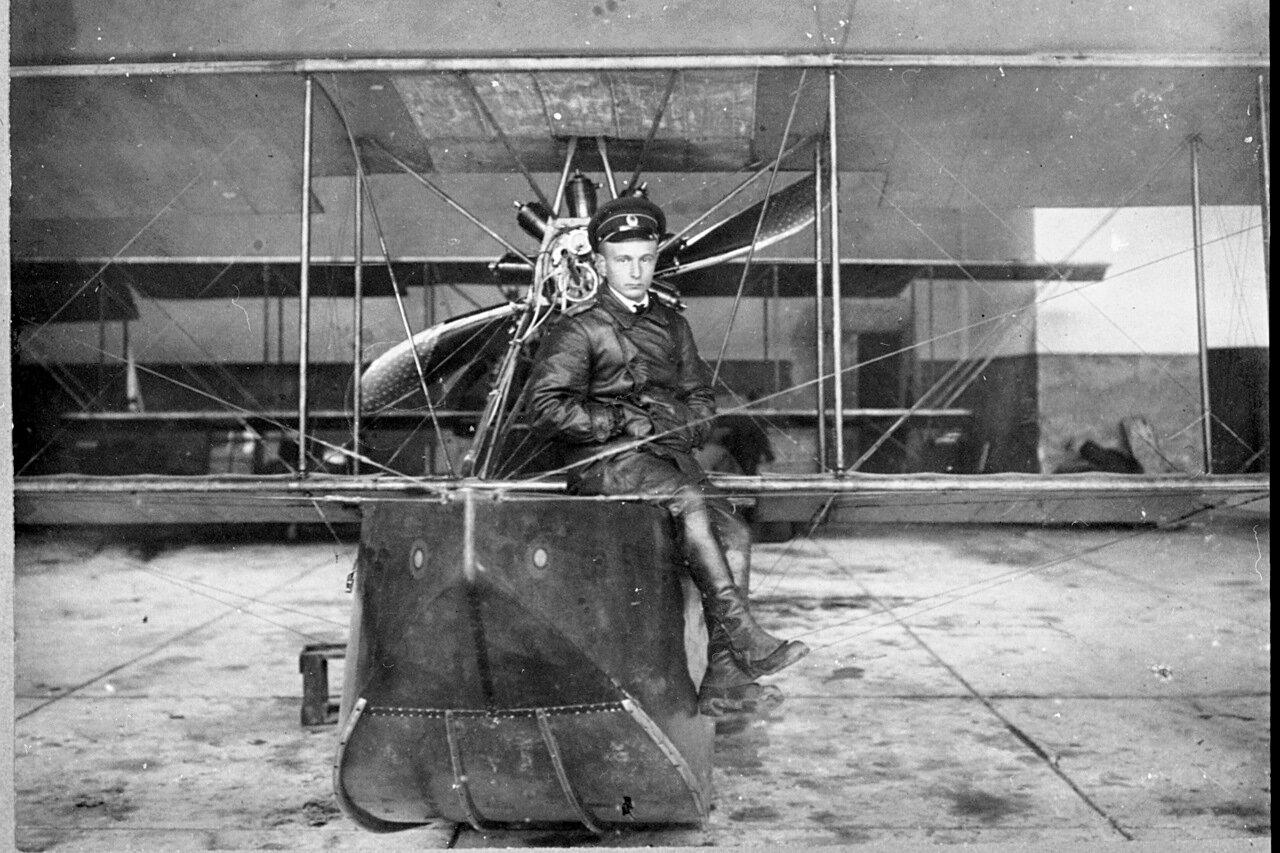 1916. Мичман Корольков на гидросамолете ФБА на авиабазе на острове Эзель