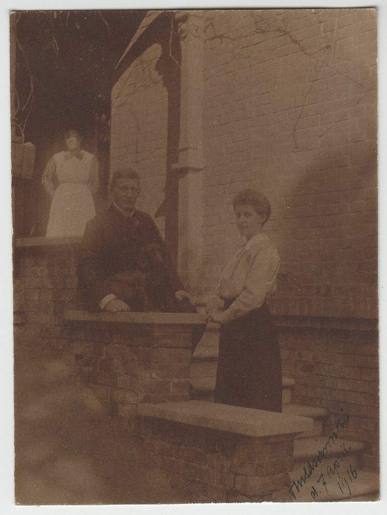 1916. Гвидо и Эвелин Майделл с горничной Вусеке в 1916 перед домом в Заверце (Польша)
