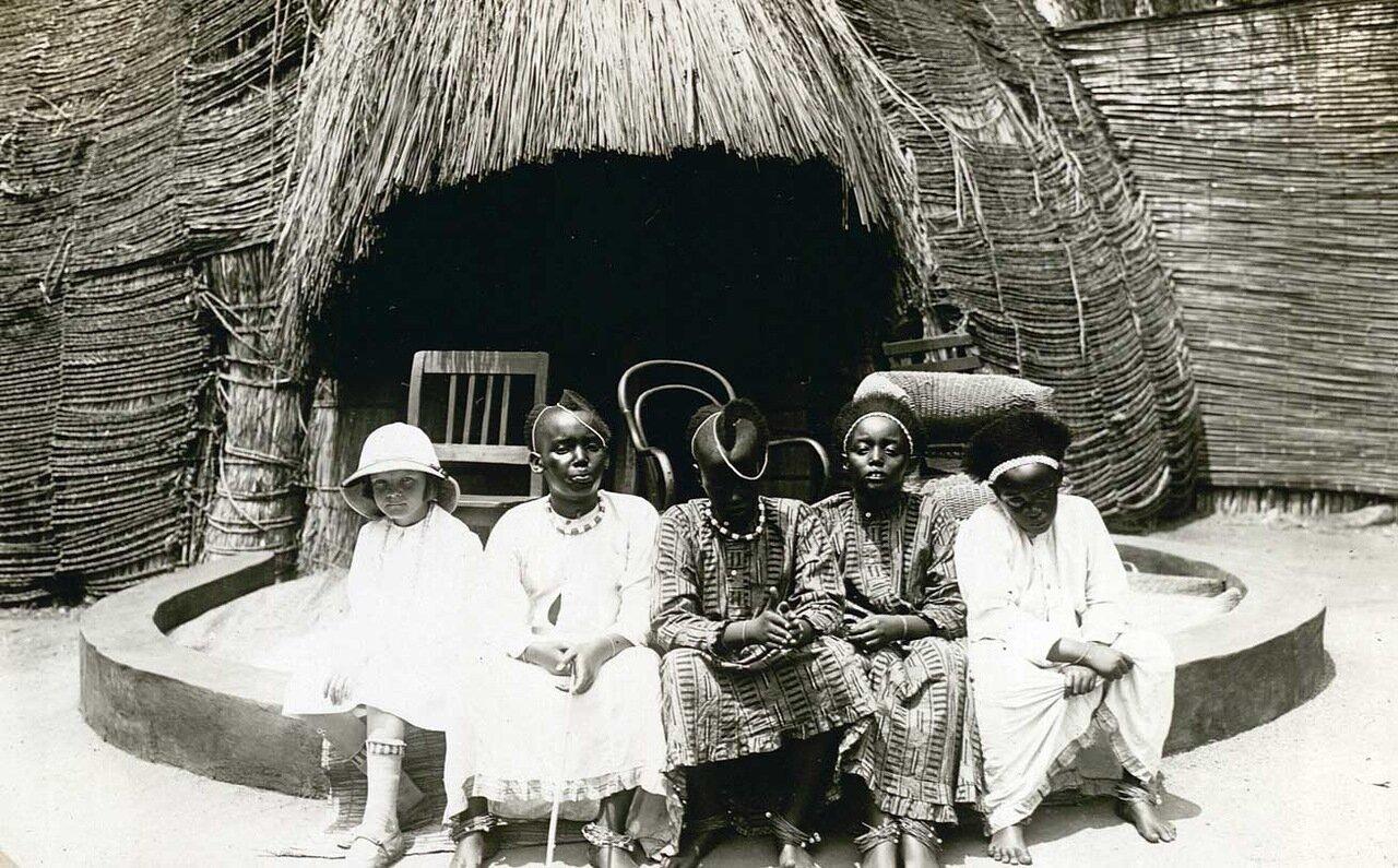 1928. Дети короля Мезунги и дочь майора Р. Хойерса. Руанда