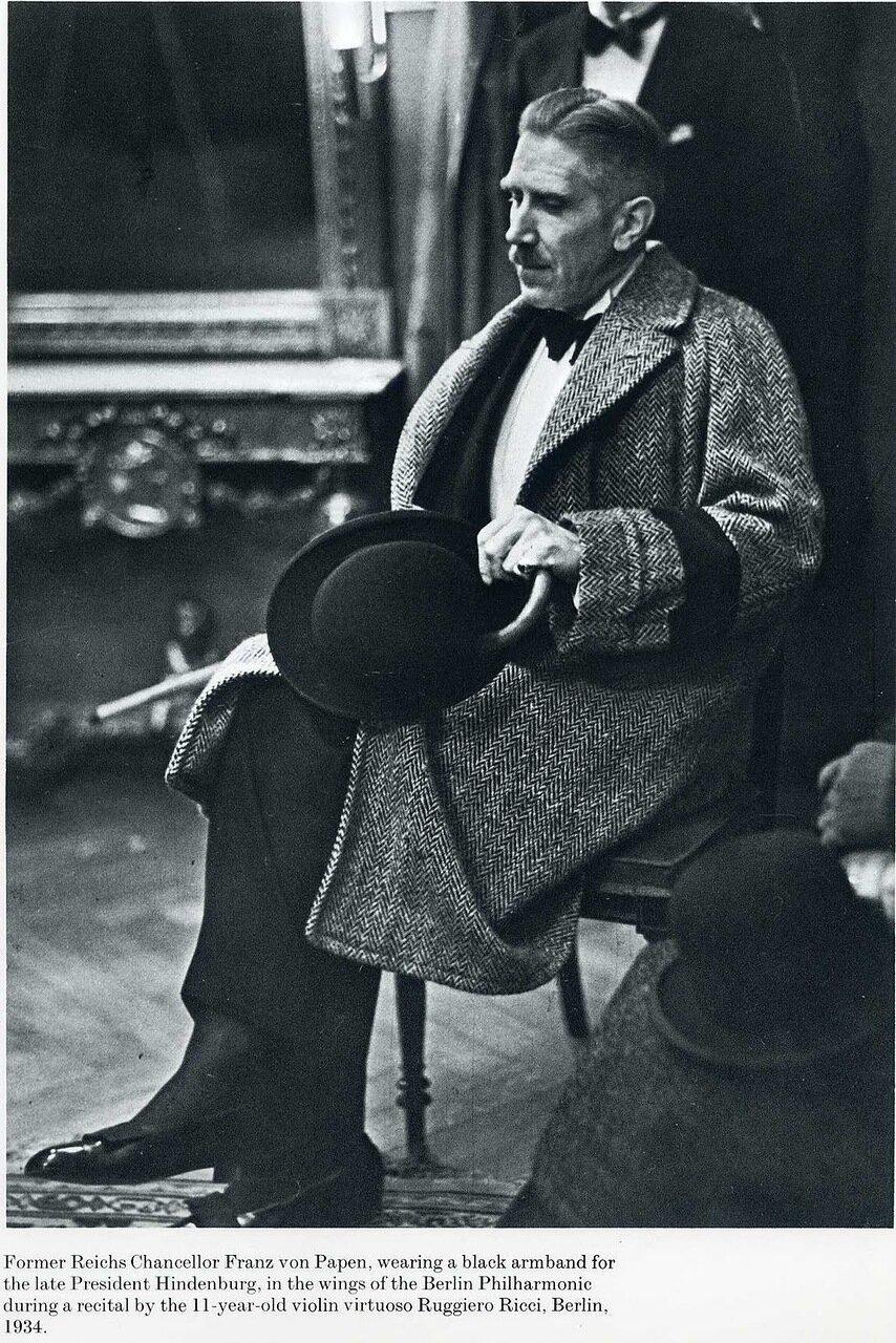 1934. Франц фон Папен слушает выступление одиннадцатилетнего скрипача Руджеро Риччи в Берлинской филармонии