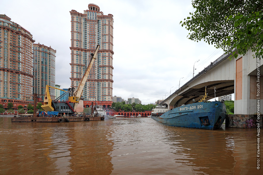 авария сухогруза у Строгинского моста