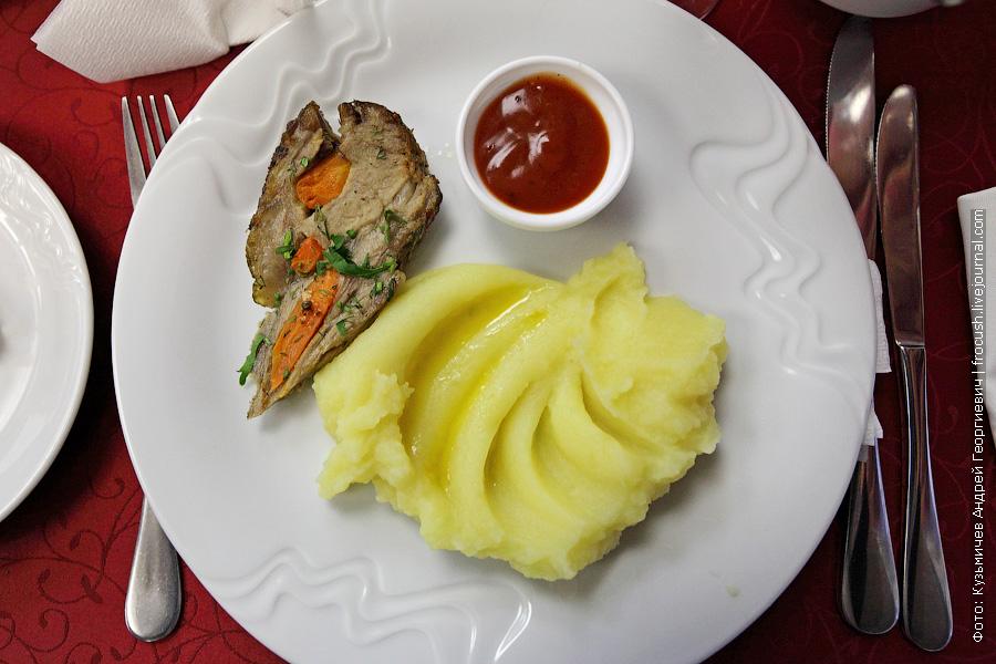 Свинина шпигованная морковью и зеленью с картофельным пюре