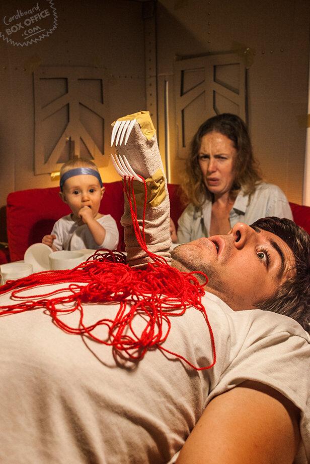 Семейный креатив: молодая семья с ребёнком воссоздаёт сцены из голливудских блокбастеров