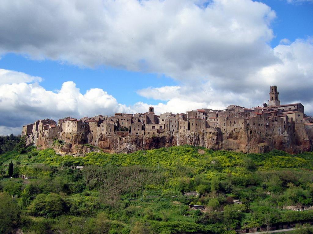 Высота: от 300 до 663 метров над уровнем моря. Самым неприступным городом в мире смело может быть на