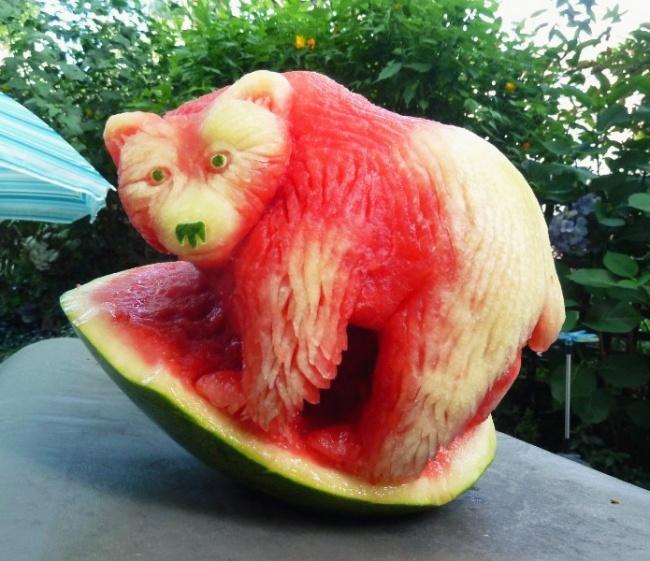 Медведь, вырезанный изарбуза.