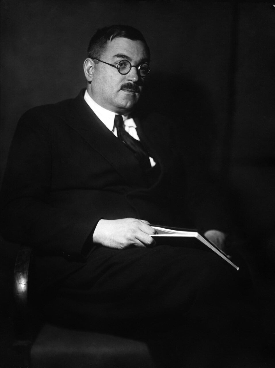 Фок Владимир Александрович (1898 — 1974) — советский физик-теоретик. Академик АН СССР (1939; член-корреспондент с 1932 года)