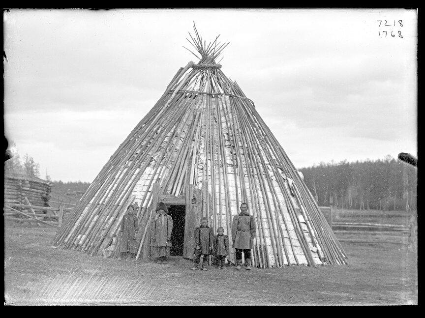 Якуты на входе летний чум, 1902