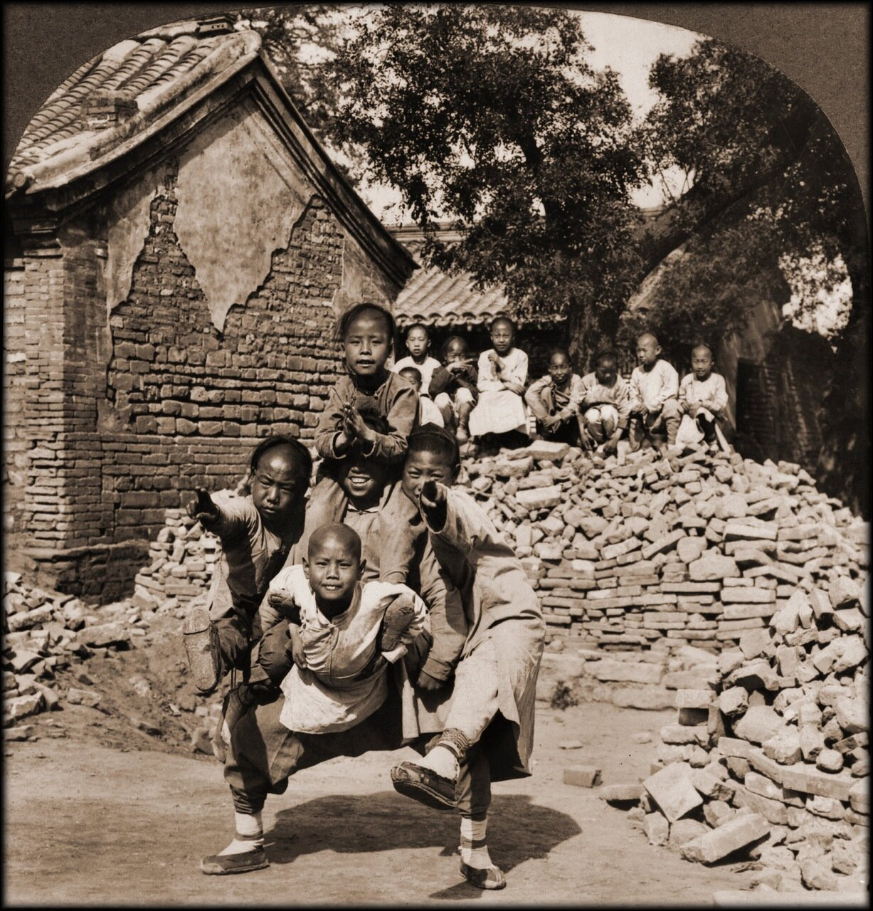 1902. Ученики миссионерской школы играют, изображая голову дракона. Пекин