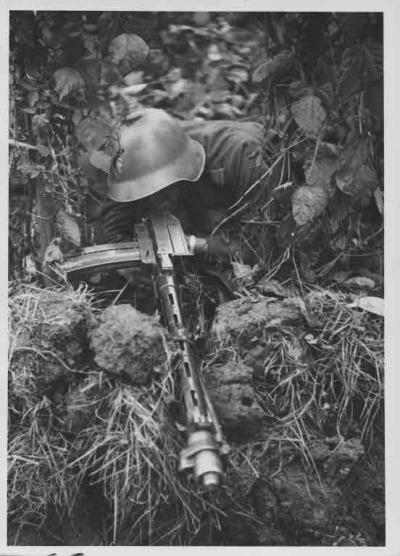 XP Comment FN Jost P 750, Manover: Soldat mit leichtem Maschinengewehr (Lmg) 25 in Stellung, ca. 1937, Artist
