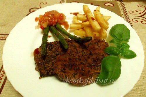 бифштекс из говядины с жареной спаржей и картофелем фри