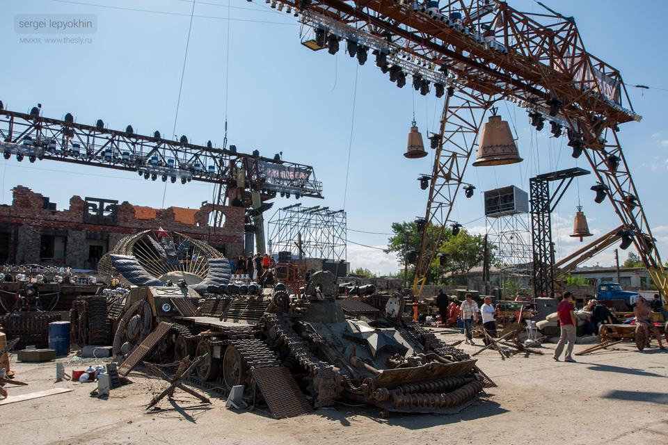 Конструкции перед сценой, или даже часть сцены.