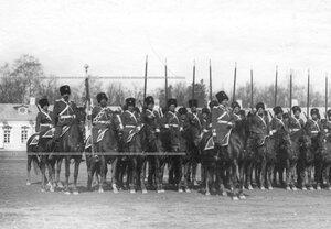 Строй казаков 1-ой его величества Уральской сотни на плацу во время парада полка .
