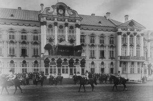 Император Николай II принимает парад полка по случаю 200-летнего юбилея полка прохождение кирасир в исторических формах.