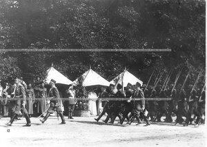 Полки проходят маршем мимо императора Николая II.