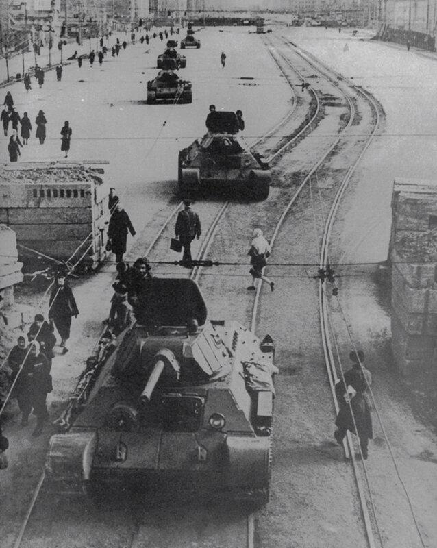 Колонна экранированных Т-34 на Международном проспекте (Московский пр.)