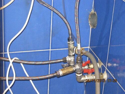 В доме - сложная и не всегда рациональная система трубопроводов