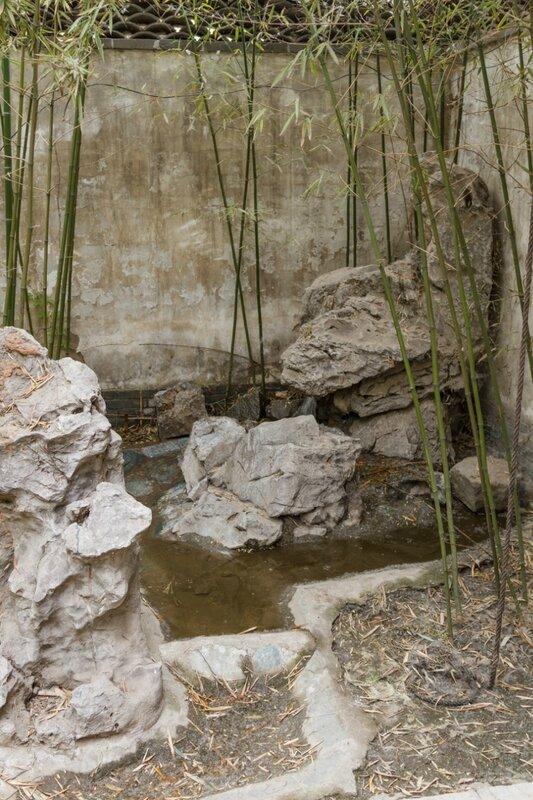 Маленький садик с камнями и бамбуком