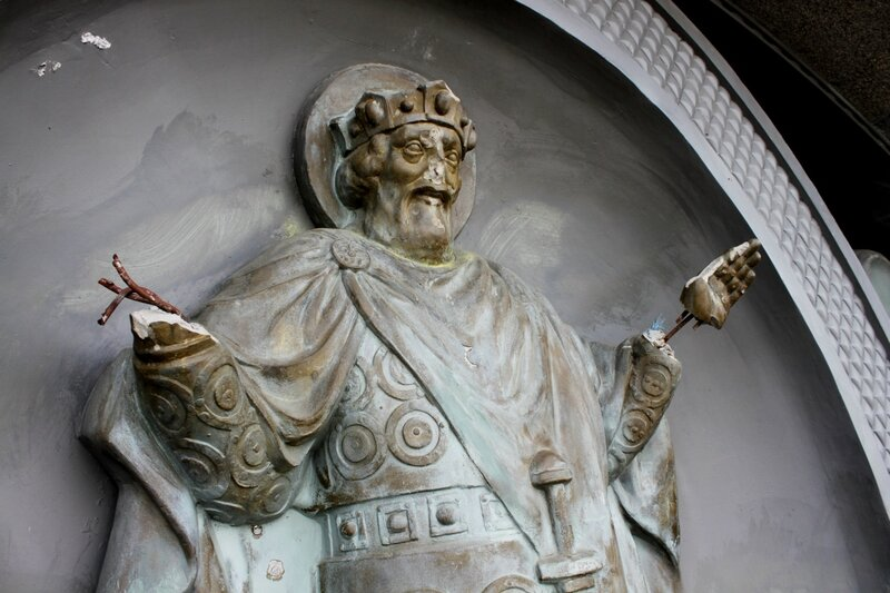 Разрушенная скульптура Владимира Крестителя