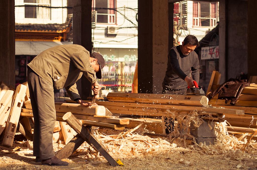 Фото 4. Походы в национальный парк Чжанцзяцзе начинаются из деревни Улинъюань. Китайские плотники