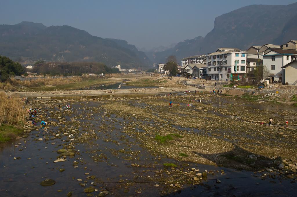 Фото 7. Река - кормилица. Городок Улинъюань. Если идти из нашего хостела - здесь вид с моста влево. На дальнем плане - начало парка Чжанцзяцзе. Туда мы доехали на автобусе №2. Отчеты о путешествии по Китаю.