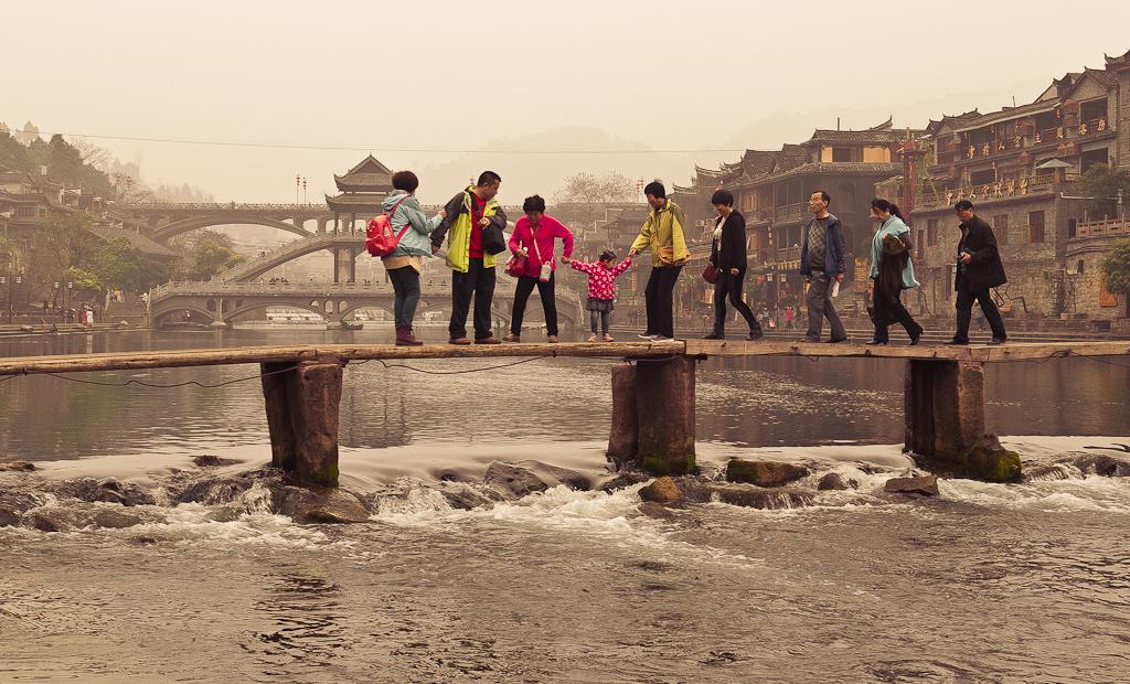 7. Внучка за бабку, бабка за дедку... Туристы в городе Фенхуан переходят реку Тоцзян. Самостоятельное путешествие по Китаю из Екатеринбурга.