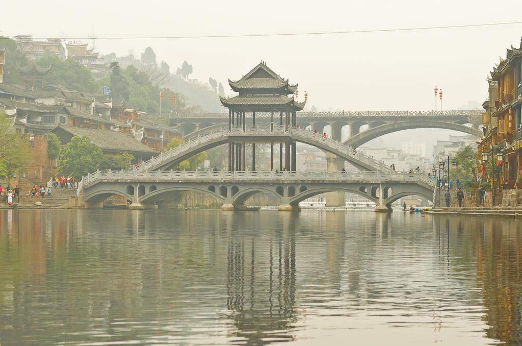 9. Не могу нигде найти название этого моста в Фенхуане. Может кто знает? На нем я учил китайских туристов, как снимать ночной пейзаж со штатива... Отзыв о поездке в Китай.